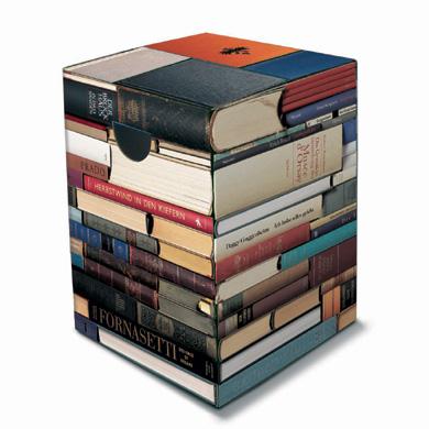 Un tabouret en carton et sérigraphié livre