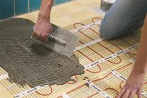 couvrir l'installation chauffage au sol avec ciment