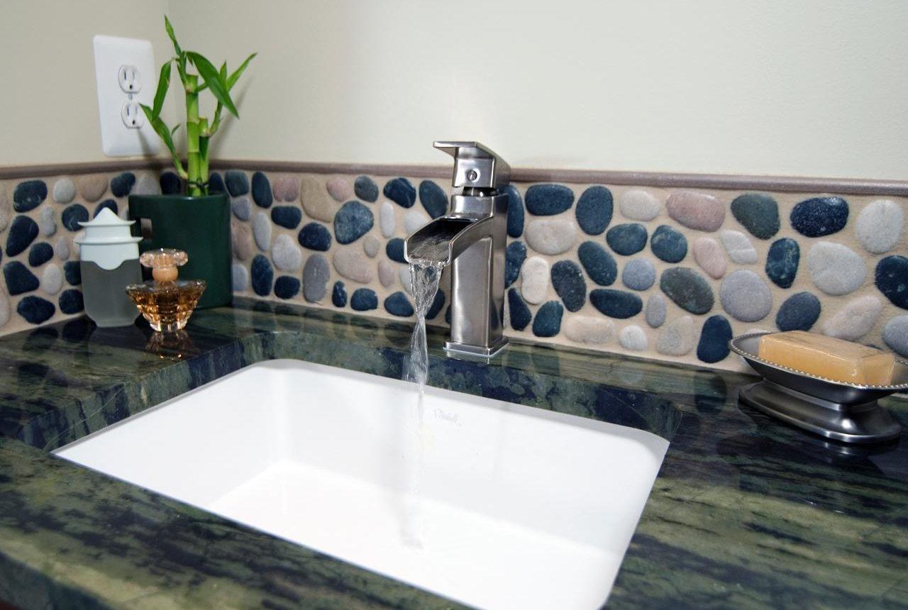 mur galets salle de bains