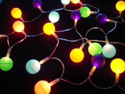 fabriquer une guirlande lumineuse avec des balles de ping. Black Bedroom Furniture Sets. Home Design Ideas