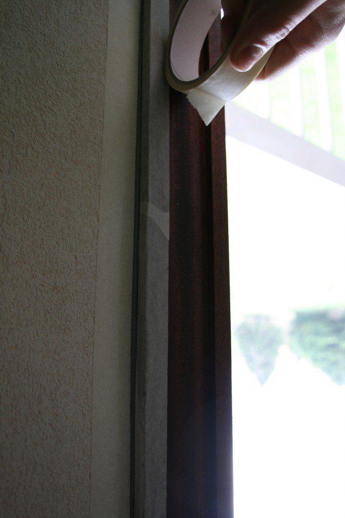 Scotchez les bandes de masquage sur les fenêtres