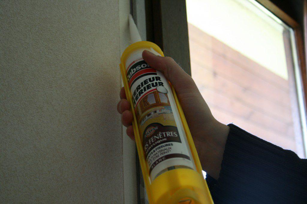 Appliquez le joint mastic entre le châssis de la fenêtre et le mur