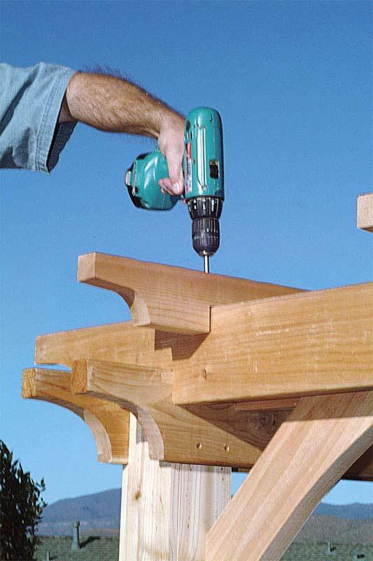 Construire une pergola conseils et astuces bricolage d coration maison - Comment fixer une pergola ...