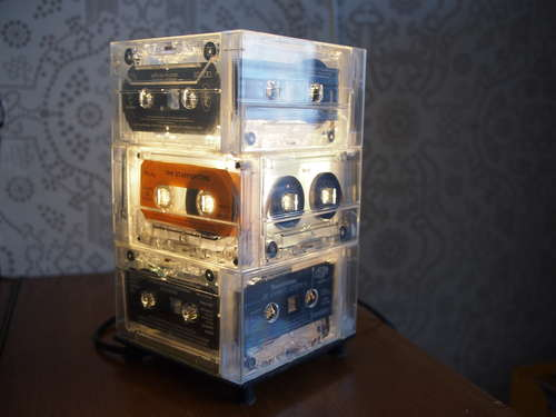 fabriquer une lampe avec des cassettes audio forumbrico. Black Bedroom Furniture Sets. Home Design Ideas