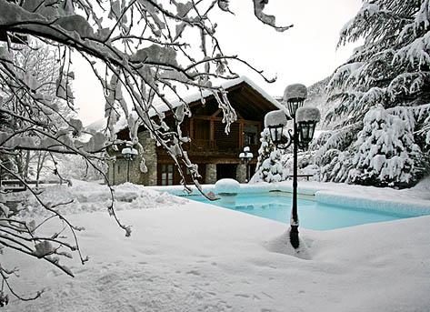Piscine extérieure neige montagne chauffée