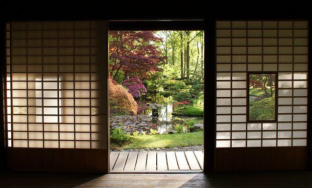 Vue fenêtre jardin japonais