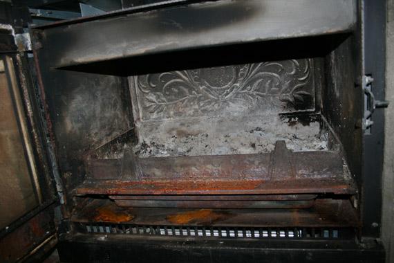 Lit-cendres-dans-foyer-cheminee