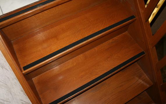 Escaliers-glissants-bandes-anti-derapantes