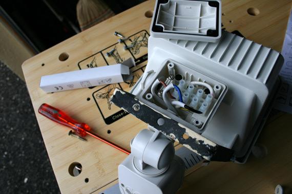 connecter-fils-electriques-projecteur-exterieur-luminaire