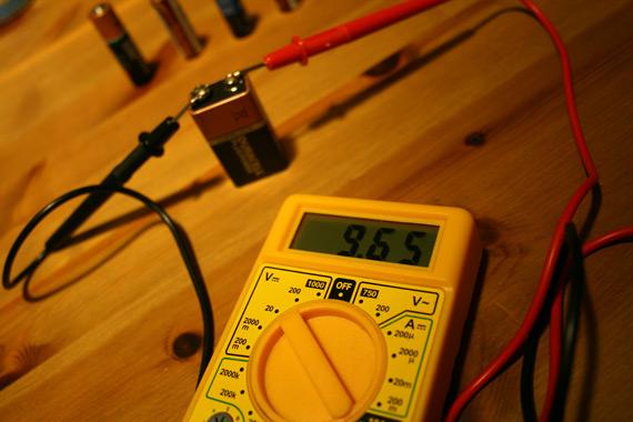 Tester-des-piles-avec-multimetre