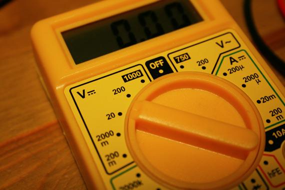 Tester-piles-avec-voltmètre