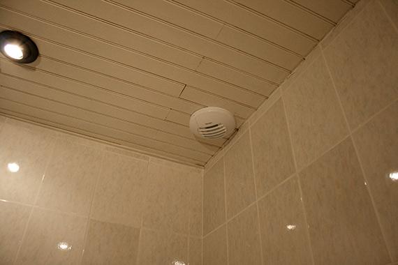 Montage-bouche-extraction-hygroreglable-salle-de-bains
