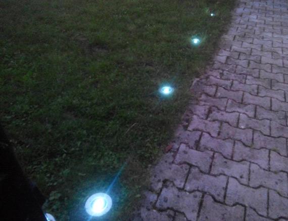 Spots-solaires-enterrés-allumés-dans-jardin