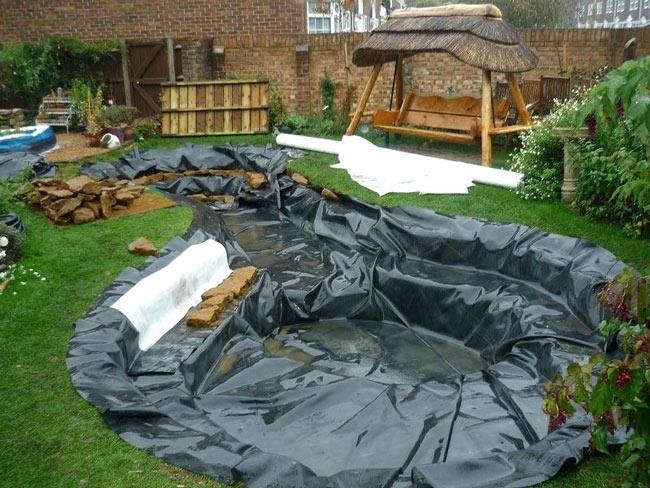 Installer-bassin-liner-dans-jardin