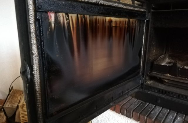 nettoyer-vitre-insert-cheminee-poele