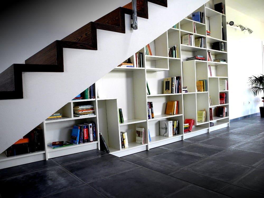 Bibliothèques livres sous escalier