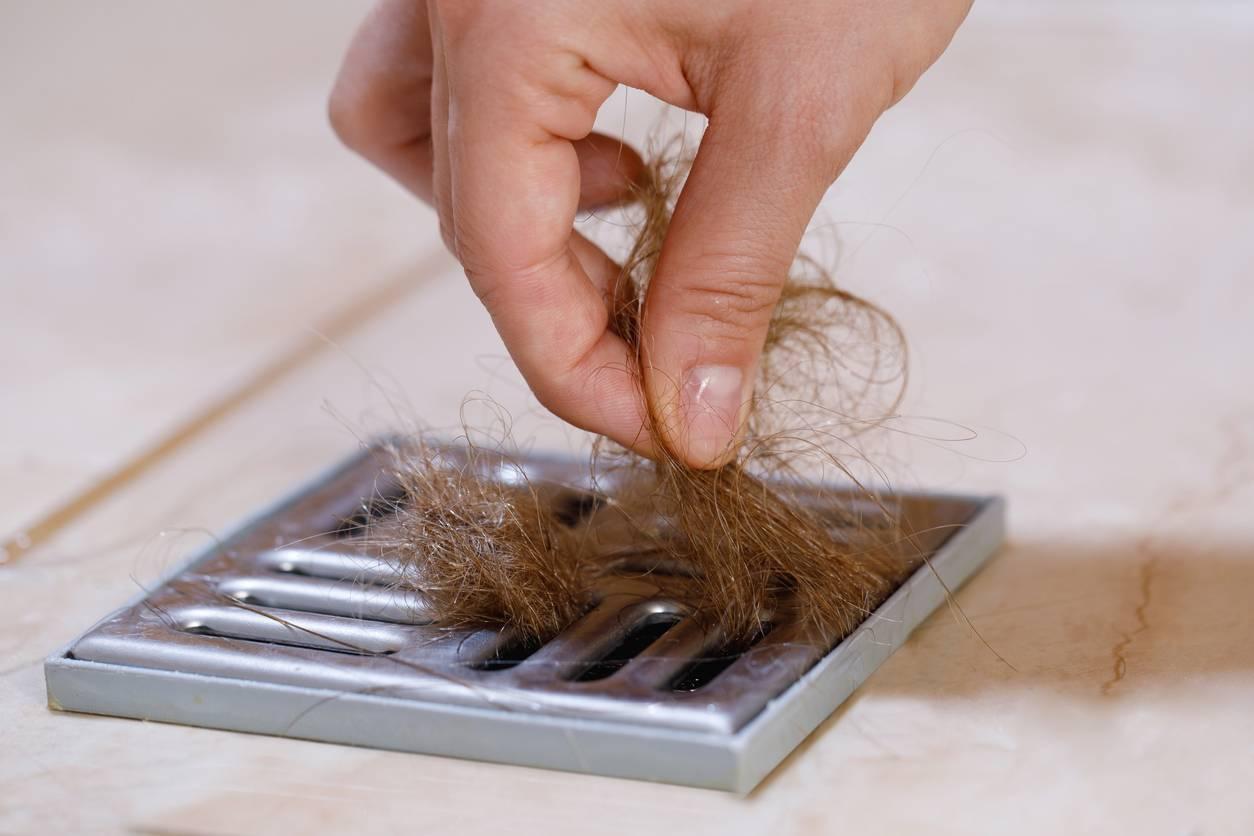 amas de cheveux obstruction baignoire